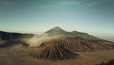 """<br /> <span style=""""color:#FF0000;""""><strong>Maan, Mars en meer</strong></span><br /> Hunker je tot op vandaag naar een <strong>buitenaardse ervaring</strong>? Laveer dan tussen de maankraters op <a href=""""https://selectair.be/nl-be/bestemmingen/europa/ijsland/autorondreis-ijsland"""">autorondreis in IJsland</a> of kampeer in het marslandschap van Wadi Rum, in <a href=""""https://selectair.be/ontdekking-van-jordanie"""">Jordanië</a>.<br /> <br /> &nbsp;"""