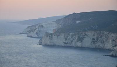 <p>Afgelopen zomer brachten zowel Luc als Jasper een bezoek aan het prachtige Griekse eiland Zakynthos. Het eiland zelf is niet heel groot maar heeft heel wat moois te bieden. Enkele hoogtepunten zijn absoluut de zonsondergang bij de kliffen van Keri, het oogverblindende Navagio Shipwreck beach, Bohali Castle met een indrukwekkend uitizcht over de hoofdstad enzovoort.</p><p>Logeren doe je in de verschillende hotels of in zeer charmante vakantiehuisjes. Ideaal qua ligging is Kalamaki, zeer rustig gelegen aan een prachtig strand en vele gezellige bars, restaurants en winkeltjes.</p>