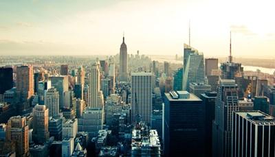 """<p>U verblijft in de """"city that never sleeps"""" waar u uiteraard een bezoek brengt aan o.a. Empire State Building, Central Park, Rockefeller Center, Broadway, One World Trade Center, u een dag laten begeleiden per fiets of te voet door een Nederlandstalige gids, …</p>"""
