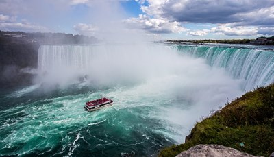<p><br /> Vandaag bezoek je&nbsp;de indrukwekkende Niagara Falls. Je&nbsp;kunt eventueel een boottocht maken tot aan de watervallen met Maid of the Mist.</p>