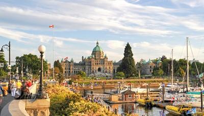 <p>Per ferry bereikt u Victoria, de hoodstad van British Columbia.&nbsp;</p><p>U wandelt door het centrum en bezoekt o.a. het Parlement, hotel Fairmont Empress, de talrijke antiekwinkels en de prachtige tuinen.</p>