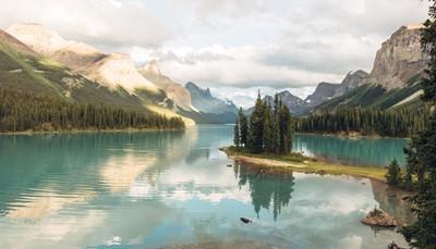 <p>In de voormiddag kunt u in Blue River een boottocht maken op zoek naar beren.&nbsp;</p><p>Daarna rijdt u via de Yellowhead Highway met prachtige uitzichten op Mount Robson tot Jasper, het grootste Nationale park van de Rocky Mountains.&nbsp;</p><p>In Jasper kunt u Maligne Lake bezoeken, het 2de grootste natuurlijke meer ter wereld met smeltwater van een gletsjer. Een cruise naar Spirit Island is hier zeker een must!</p><p>Met de Jasper Skytram stijgt u tot 1.300m voor een prachtig panorama van de omgeving, bij klaar weer kan u de toppen van de Whistlers Mountain en Mount Robson zien.</p>