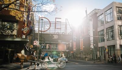 <p>Vlucht naar Denver, opname huurwagen en korte rit tot het centrum van Denver.</p>