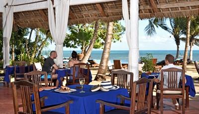 <p>Zanzibar, ook wel gekend als het kruideneiland, oefende honderden jaren lang een speciale aantrekkingskracht uit op ontdekkingsreizigers. Vandaag zijn het toeristen die het eiland ontdekken (maar zeker nog niet overspoelen). Wat dacht je van een namiddag rondslenteren in het historische Stown Town met zijn vele marktjes? Of een boottocht (inbegrepen) naar een onbewoond eilandje?</p><p><br></p><p>Het tijdsverschil met Vlaanderen bedraagt ook amper 2u, waardoor er van jetlag geen sprake is.<br><br>Ben je dus op zoek naar exotische droomvakantie op een idyllisch strand, dan mag je deze unieke buitenkans niet laten liggen. &nbsp;</p>