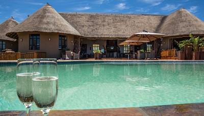 <p>De lodge bevindt zich op een berghelling en biedt zijn gasten adembenemende zonsondergangen en bekoorlijke uitzichten. Ervaar een uitgebreid gamma aan tours en activiteiten, gaande van traditionele safari's tot culturele en historische ervaringen.</p><p>Het reservaat beschikt over 12 bungalows in een ongerepte omgeving in het hart van de Zuid-Afrikaanse bush en met bekoorlijke uitzichten op de natuur en de dieren in de directe omgeving. Alle kamers zijn smaakvol ingericht in een typische Zuid-Afrikaanse stijl en zijn uitgerust met alles wat van een vijfsterrendomein verwacht kan worden.<br><br></p><p>Faciliteiten : Restaurant, traditionele Afrikaanse boma, zwembad, bubbelbad, zonneterras, bar, souvenirwinkel, thee- en koffiefaciliteiten, Wifi, zoogdierenmuseum, Engelssprekende gidsen, 4x4 voertuigen</p>