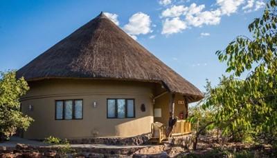 <p>Luxe suite bungalows : Sebatana Rhino Lodge heeft 12 luxe suite bungalows die elk beschikken over een slaapkamer met badkamer, minibar en een luxueus interieur. Indien de gasten het wensen, kan er een extra bed voor een extra persoon opgemaakt worden in elke suite. Sommige suites zijn via een binnendeur verbonden waardoor ze geschikt zijn voor families met kinderen.<br><br>Elke bungalow beschikt over een balkon met zicht op het reservaat, eigen badkamer met bad, douche en toilet, haardroger, koffie- en theefaciliteiten, airconditioning en verwarming, telefoon, kluis, minibar, koffie- en theestation, exclusief interieur met lokale kunst en ambachten, een oppervlakte van 40 m².</p>