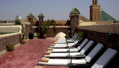 <p>Marrakech is een culturele schatkamer : je vindt er tal van historische gebouwen,medersa&#39;s (koranscholen),moskee&euml;n,musea ... Uiteraard moet je ook eens verdwalen in de souks om het spel van afdingen onder de knie te krijgen.Ook natuurliefhebbers komen aan hun trekken,vanuit Marrakech rijd je zo het Atlasgebergte in.Quadtochten,wandelingen ... alles is mogelijk.Sibylle wijst jou de weg naar de beste gidsen en regelt indien nodig alle excursies.</p>