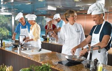 De nadruk van deze cruise ligt op de culinaire ervaring, onder leiding van een Belgische topchef:<br /> niemand minder dan Koen Devos van Restaurant La Cravache in Rekkem. Hij zorgt voor een welkomst cocktail, show Cooking, kookworkshops in het Culinary Center van het schip, een diner met de chef in één van de à la carte restaurants, een wijnproeverij door de chef, begeleid door de sommelier aan boord en culinaire excursies, uitgewerkt in samenspraak met de chef.<br />