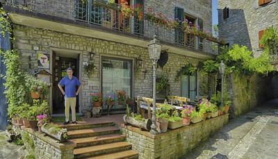 We hebben drie logeeradresjes voor je uitgezocht. Je begint je rondreis in Toscane, gevolgd door de Emilia-Romagna, 'de buik van Italië', en eindigt in Umbrië, 'het groene hart van Italië'.Je rijdt van het ene charmante verblijf naar het andere, en wordt steeds met veel liefde ontvangen door onze connecties ter plaatse. Je verblijft in typisch Italiaanse gebouwen: 'Alberghi diffusi'. Datbetekent dat de kamers verspreid liggen over het hele dorpje: in het hoofdgebouw, een bijgebouw, of verderop. Hieronder lees je het dag per dag reisschema in meer detail.