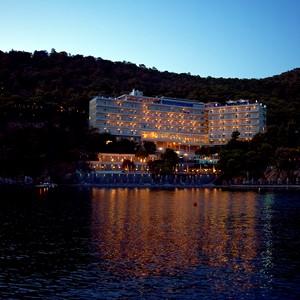 Het hotel 's avonds