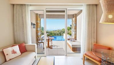 Deluxe kamer tuinzicht 39 m&sup2; (max. 2 volw. + 1 kind of 3 volw.)<br /> Deluxe kamer zeezicht 39 m&sup2; (max. 2 volw. + 1 kind of 3 volw.)<br /> Superieure kamer tuinzicht of zicht op het resort 49 m&sup2; (max. 2 en 2 kinderen tot 12 jaar)<br /> Infinity kamer tuinzicht of zicht op het resort 39 m&sup2; met privé zwembad (max. 2 volw. + 1 kind of 3 volw.)<br /> Premium deluxe kamer frontaal zeezicht 39 m&sup2; (max. 2 volw. + 1 kind of 3 volw.)<br /> Superieure Infinity kamer tuinzicht of zicht op het resort 49 m&sup2; met privé zwembad (max. 2 volw. + 2 kinderen tot 12 jaar)<br /> Premium Infinity kamer frontaal zeezicht 39 m&sup2; met privé zwembad (max. 3 volw. of 2 volw. + 1 kind)<br /> <em>Op de foto zie je een Infinity Kamer</em>