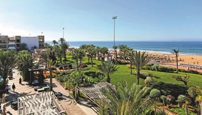 Het hotel ligt direct aan het strand, gescheiden door een wandelpromenade. De supermarkt en winkeltjes liggen op wandelafstand (500 meter) en het centrum van Agadir ligt op 1km. De afstand tot de luchthaven bedraagt ongeveer 25km, en het vervoer tussen de luchthaven en het hotel is inbegrepen in de prijs.