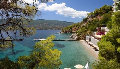 Het Sirene Blue Resort is een zeer aangenaam hotel rustig gelegen in een mooie baai. Het hotel is tegen een helling aan gebouwd en doet denken aan een cruiseschip. Je komt er binnen op de zevende verdieping om zo naar beneden naar het privé strandje te gaan. Hier kom je tot rust in een groene omgeving.