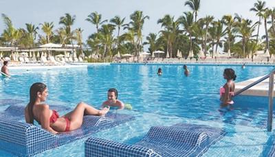 Wat Riu Republica helemaal top maakt, zijn de acht mooie zwembaden die slechts van het strand gescheiden worden door een duin met een tropische lijn van palmbomen. Heerlijk ontspannen in het aards paradijs, hier is het dagelijkse kost! Het hotel bestaat uit een hoofdgebouw met daarachter een bijgebouw. Bij het bijgebouw bevinden zich enkele zwembaden, restaurants, bars en een nieuw aquapark.