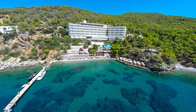 <p><strong>Onze hoteltip</strong><br /> We raden je het Sirene Blue Resort aan. Het is een zeer aangenaam hotel rustig gelegen in een mooie baai. Het hotel is tegen een helling aan gebouwd en doet denken aan een cruiseschip. Je komt er binnen op de zevende verdieping om zo naar beneden naar het privé strandje te gaan. Hier kom je tot rust in een groene omgeving. Het hotel is gebouwd op een klif boven zee en omgeven door pijnbomen. Raadpleeg ons voor een offerte op maat. Het hotel is boekbaar vanaf € 55 per persoon per nacht.</p>