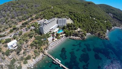 Het kleine, idyllische eilandje Poros is één van de eilanden in de Saronische Golf. Van zodra je er komt heb je direct een eilandgevoel. Het eiland ligt op nauwelijks 100 meter van de Peloponnesos, met je huurwagen kan je de ferry op en de ganse regio ontdekken.