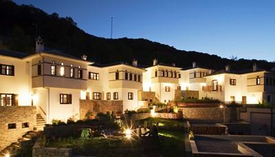 In het hart van het schiereiland Pelion/Pilion ligt het 12 Months Luxury Resort, op 400m hoogte op de berghelling van het dorpje Tsagarada, met zicht op de Egeïsche Zee. Het hotel gaat harmonieus op in haar natuurlijke omgeving en biedt haar gasten een relaxerend verblijf. De kamers liggen verspreid over verschillende stenen gebouwen in de typische stijl van de regio.