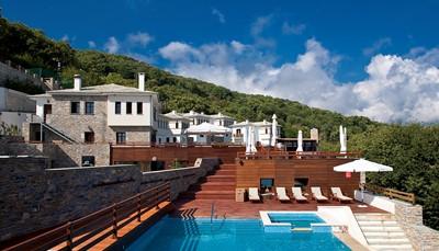 <strong>Onze hoteltip</strong><br /> In het hart van het schiereiland Pilion ligt het 12 Months Luxury Resort, op 400m hoogte op de berghelling van het dorpje Tsagarada, met zicht op de Egeïsche Zee. Het hotel gaat harmonieus op in haar natuurlijke omgeving en biedt haar gasten een relaxerend verblijf. De kamers liggen verspreid over verschillende stenen gebouwen in de typische stijl van de regio.