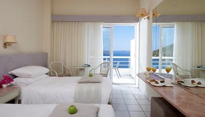 Kamer met airco terras, zeezicht, tv, badkamer met douche of bad, haardroger, internet, minibar. We raden de gerenoveerde deluxe kamers aan.