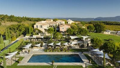 <p>Je verblijft in een bijzonder, uniek gelegen hotelcomplex met de allures en de charme van een Provençaals dorpje. Schitterend gelegen op een groot domein, te midden van de eigen wijngaarden, op &plusmn; 4km van Gargas. Apt en Roussillon liggen op &plusmn; 8km, Gordes op &plusmn; 16km, Cavaillon op &plusmn; 31km en Avignon op &plusmn; 50km. Raffinement, service en klasse zijn de trefwoorden!&nbsp;</p>