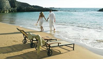 """<div style=""""text-align: justify;"""">In een inham uitgehouwen uit het vulkanisch gesteente vind je het privéstrand van het hotel: een afgeschermd stukje paradijs voor wie in alle rust wil genieten van zon en zee. Officieel is het een openbaar strand, maar in de praktijk wordt het meestal enkel gevonden door de gasten van het hotel. Ideaal dus om in alle rust te genieten van zon en zee. Daarnaast kun je ook terecht in een van de zeven verwarmde zwembaden van het hotel.</div>"""