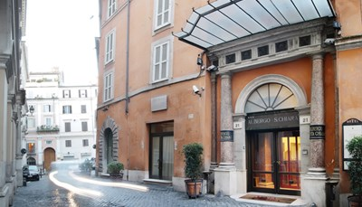 Het Albergo Santa Chiara ontstond in 1939 oorspronkelijk als een wijnwinkel, die dan uitgroeide tot een klein gasthuis. Ondertussen zijn de tien gastenkamers van weleer er 96 geworden, verspreid over drie aan elkaar grenzende gebouwen. Het hotel is al meer dan een eeuw in handen van dezelfde familie en heeft als gasten onder meer beroemde politici, filosofen, schrijvers en artiesten mogen ontvangen. Je verblijft dus echt in een stukje Italiaanse geschiedenis.