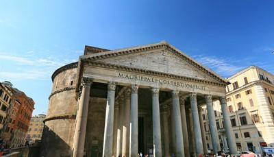 Het <strong>Pantheon</strong> werd oorspronkelijk als tempel gebouwd in 27 voor Christus, maar doet nu dienst als basiliek. Het gebouw werd meermaals beschadigd en gerestaureerd, onder meer na een grote brand. Door de vele restauraties is het nu nog steeds een goed bewaard gebouw. Op de gevel staat in grote bronzen letters &#39;M &bull; AGRIPPA &bull; L &bull; F &bull; COS &bull; TERTIUM &bull; FECIT&#39;, wat zoveel betekent als &ldquo;Marcus Agrippa, de zoon van Lucius, heeft dit gebouwd.&rdquo;