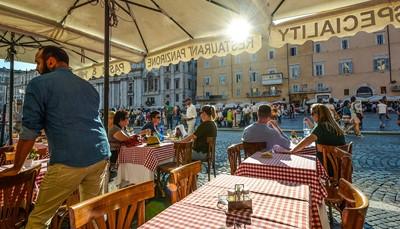 Het vlakbij gelegen <strong>Piazza Navona</strong> was in een vorig leven een stadion, waar wedstrijden en evenementen werden gehouden. Het stadion raakte in verval en op de ruïnes werden huizen gebouwd. Wat nu overblijft is dus een groot stadionvormig, langwerpig plein met een rijke geschiedenis. Je vindt er fonteinen, paleizen, kerken maar ook verschillende restaurants en cafés. Het plein ligt op ongeveer tien minuten wandelen van het hotel.