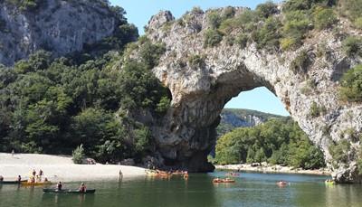 De ongerepte vallei van Saint-Maurice-d'Ibie kent een aantal verborgen plekjes om te zwemmen midden in de natuur. Ook een bezoekje waard zijn de kalkrotsen van Labeaume, de grotschilderingen van Chauvet en de natuurlijke brug Pont d'Arc. Ook in de buurt is Vogüé, met zijn middeleeuws straatjes officieel een van de mooiste dorpen van heel Frankrijk.