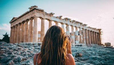 Je vliegt op Athene en wordt daarna per taxi naar je hotel gebracht. Je begint je vakantie met drie overnachtingen in deze bruisende stad. Athene bestaat al 3.500 jaar en de stad ademt dan ook geschiedenis.&nbsp; De Akropolis, die in de 5<sup>de</sup> eeuw v.C. werd gebouwd, torent boven de stad uit. Het prachtige Akropolis museum is een absolute aanrader.&nbsp; Flaneer door de oude Plaka wijk met zijn vele restaurants, bars en winkeltjes. Geniet ook van het Atheense uitgaansleven: ga eerst eten in een van de vele restaurants en proef Griekse wijn in een van de wijnbars. In de Psiri wijk vind je veel bars met terrasjes maar ook de Gazi wijk is een populaire uitgaanswijk.&nbsp;<br /> &nbsp;