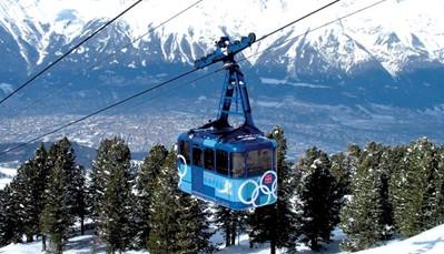 Het hotel ligt in het centrum van Igls, op 250 m van de Patscherkofelbahn. De gratis skibus naar Patscherkofel stopt voor het hotel. Twee maal per week (op dinsdag en vrijdag) stopt er ook een gratis skibus die de volledige Innsbruck skiregio inclusief de Stubaigletscher binnen je bereik brengt. Bij sneeuwgebrek en/of sluiting van de liften in het lokale skigebied Patscherkofel in de periode tussen eind maart en april is er een dagelijkse skibusservice naar de Stubaiergletsjer (op ca. 40 km). Skiverhuur vlakbij.