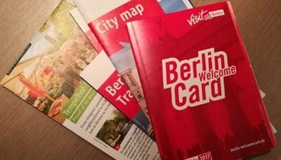 """<div style=""""text-align: justify;"""">Een Berlin Welcome Card is een kortingskaart waarmee je gedurende je verblijf gratis gebruik kunt maken van al het openbaar vervoer: tram, bus, metro, en trein. Voor Berlijn is dat ideaal. Niet alleen is het openbaar vervoer er perfect georganiseerd, de bezienswaardigheden liggen best wel een eindje uit elkaar, en het openbaar vervoer is de beste manier om zo veel mogelijk te zien op korte tijd. Bovendien krijg je met deze kaart korting op de toegangsprijs van heel wat bezienswaardigheden.</div>"""