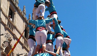 <strong>BUCKET LIST in Vallés Occidental: de castellers</strong><br /> Terrassa is ook een van de bekendste plaatsen om echte 'castellers' te aanschouwen. Deze menselijke piramides zijn een vast gebruik in Catalonië. Elke regio heeft zijn eigen groep 'castellers', die op alle feesten en manifestaties te zien zijn. Het gebruik ontstond in de 18<sup>de</sup> eeuw en werd ondertussen toegevoegd op de UNESCO-werelderfgoedlijst. Terrassa heeft 2 groepen 'castellers', die beiden een eigen festival hebben in november.<br />
