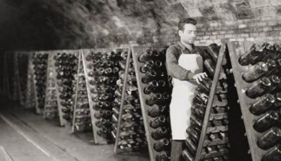 """<span style=""""color:#FF0000;""""><strong>Alt Penedès: waar wijn en cava koning zijn</strong></span><br /> Nergens kun je je beter onderdompelen in de rijke cultuur van wijn en cava dan in Alt Penedès. Wijngaarden zo ver als het oog reikt, kleine dorpjes en boerderijen, en een wijncultuur die zich vertaalt in wijnproeverijen (<em>catas</em> genoemd), gastronomische wijnarrangementen, oogstfeesten, bezoeken aan wijnkelders, wandelingen langs wijngaarden, en zelfs een heus wijnmuseum (<em>Museu del Vi</em>) in de Catalaanse hoofdstad van de wijn: Vilafranca de Penedès. Ook het beroemde cava-merk Freixenet is van deze streek afkomstig.<br /> &nbsp;"""