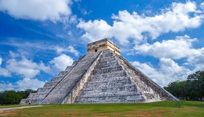 Het Riu Dunamar bevindt zich aan de rand van het paradijselijke strand van Costa Mujeres, op het continentale gedeelte van het eiland Isla Mujeres in Quintana Roo, op ongeveer 30 km van de hotelzone van Cancún. Costa Mujeres is de ideale bestemming voor een paradijselijke strandvakantie dankzij de witte zandstranden en het kristalheldere water. Zin om de omgeving te leren kennen? Bezoek dan het schildpaddenreservaat van het eiland, de piramide van Kukulkán in <strong>Chichen Itzá</strong> (foto), en de archeologische resten van El Rey. We bezorgen je graag meer informatie over mogelijke uitstappen in de omgeving.