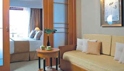 Er zijn verschillende types van kamers beschikbaar, zoals een standaard kamer met of zonder lateraal zeezicht, een familiekamer of een familiekamer met directe toegang tot het gemeenschappelijk zwembad. De kamers bevinden zich ofwel in het hoofdgebouw, in het Olympusgedeelte of in bungalows. Elke kamer heeft een minikoelkast, koffie- en theefaciliteiten, een gratis safe en een balkon of terras.