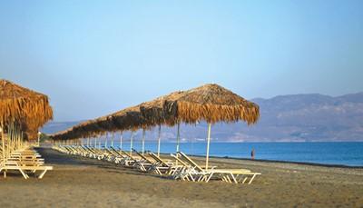 Het hotel ligt direct aan het zand- en kiezelstrand. De afstand tot de luchthaven is 17 km (transfer heen en terug inbegrepen). Het hotel ligt op 1 km van Platanias en op 17 km van de stad Chania. Platanias een dorpje bij de zee met een haventje en een zandstrand. Er zijn hier heel wat tavernes, bars, restaurants en gezellige winkeltjes te vinden.