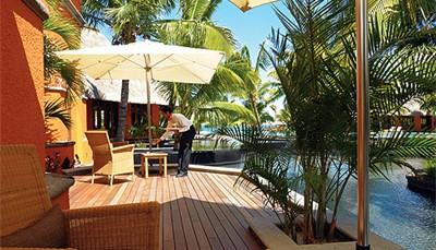 """De Zen Suites bevinden zich in de zone die voorbehouden is voor volwassenen. Bij jouw verblijf in een Zen Suite hoort een VIP formule: de""""Club"""". Leden van deze privéclub genieten van exclusieve diensten zoals de check-in door een toegewijde conciërge, dvd-speler, iPod docking station en Nespresso machine in de kamer, een selectie dranken in de 'Mahogany Bar', en toegang tot 'Martello', een privélounge met koloniale charme."""