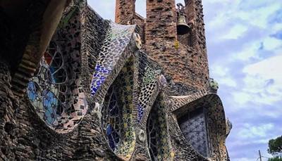 <b>BUCKET LIST in Baix Llobregat</b><strong>: Colónia Güell</strong><br /> In Santa Coloma de Cervelló moet je zeker een bezoek brengen aan de <strong>Colónia Güell: </strong>Toen zakenicoon Eusebi Güell in de 19<sup>e</sup> eeuw buiten de stad een textielfabriek bouwde, kwam hij op het idee om er meteen een dorp voor zijn arbeiders bij aan te leggen, dat in de volksmond de Güell-kolonie wordt genoemd. Misschien wel het beroemdste gebouw van de Güell kolonie is de <strong>Gaudí crypte</strong>, de kerk van de gemeenschap die van de hand is van de gekende Catalaanse architect Gaudí (die ook de Sagrada Familia ontwierp).<br />