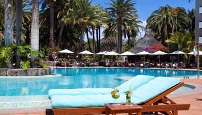 Er zijn verschillende zwembaden in het hotel om in te ontspannen. Het zoetwaterzwembad in het midden van de tuin van het hotel heeft een constante temperatuur van 25 graden. Rondom ligt het terras met ligzetels waar je gratis gebruik van kunt maken. Het Thalassozwembad is een zoutwaterzwembad met een temperatuur van 28 graden. Er is ook een warm zeewaterzwembad van 33 graden, verrijkt met mineralen en uitgerust met een Jacuzzi-hoekje. Tot slot is er ook een kinderzwembad met een glijbaan en plonsbad voor de allerkleinsten.