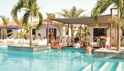 Le Djembe Beach Resort dispose de trois piscines, dont une pour enfants et une infinity pool, en bord de plage. L'endroit idéal pour profiter des très romantiques couchers de soleil africains.