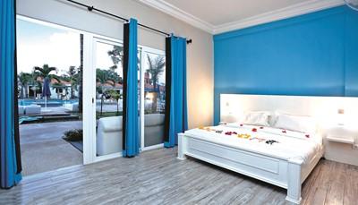 <ul> <li>Zicht op zee of de tuin en het zwembad</li> <li>Dubbel bed of twee éénpersoonsbedden (extra bedden beschikbaar)</li> <li>Airconditioning</li> <li>Aparte badkamer met douche</li> <li>Flatscreen-tv, satellietkanalen</li> <li>Wifi</li> <li>Kluis</li> <li>Telefoon</li> <li>Minibar (betalend)</li> </ul>