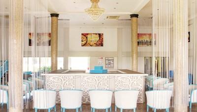 Vous avez systématiquement le choix entre les deux restaurants du Djembe Beach Resort. Vous prenez le petit-déjeuner au 'Blue Wave Restaurant'. En soirée, possibilité de barbecues. La carte du restaurant 'Djembe by the Sea' est excellente, avec de succulents fruits de mer frais et des produits locaux.