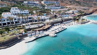 """<div style=""""text-align: justify;"""">Het hotel ligt aan de noordkust van Kreta, en is idyllisch gelegen vlakbij het traditionele charmante dorpje Milatos. Je vindt er olijfbomen voor de productie van de gekende Griekse olijfolie. Ten westen van het hotel vind je het vissersdorpje Sissi. De luchthaven ligt op 45 km afstand. Transfert van en naar de luchthaven kun je aanvragen bij ons of bij het hotel zelf.</div>"""