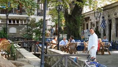 <strong>Vierentwintig dorpjes om te bezoeken</strong><br /> Vervelen zul je je in Pilion niet doen, want er zijn maar liefst vierentwintig charmante dorpen om te bezoeken. Ga op ontdekkingstocht langs de huizen in hun unieke Griekse bouwstijl, de geplaveide straatjes, de stenen fonteinen en de charmante boogbruggetjes. Sommigen dorpen in Pilion staan op steile hellingen, anderen in verborgen valleien, maar ze gaan volledig op in het Griekse landschap. Dankzij de typische oude ambachten zoals kruiden drogen, het maken van kruidenlikeuren en het verkopen van zoete vruchten in gekleurde glazen flessen en potten, ga je na afloop zeker met leuke souvenirs naar huis.