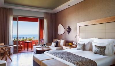 """<div style=""""text-align: justify;"""">Het domein bestaat uit een hoofdgebouw (de Citadel), de Villas, en de Tagor villas (het adults only gedeelte). Qua kamertype kun je kiezen uit een Deluxe kamer, een Suite, een Familiesuite met twee slaapkamers, een Luxesuite (met een eigen eetkamer, twee slaapkamers en een jacuzzi op het terras met zicht op zee), een Koninklijke suite en de Imperial suite (een penthouse met eigen terras en privézwembad). De hier vermelde prijs is voor een Deluxe kamer in de Citadel (zie foto). De prijzen voor de andere kamertypes kunnen we je uiteraard ook bezorgen.</div> <br /> &nbsp;"""