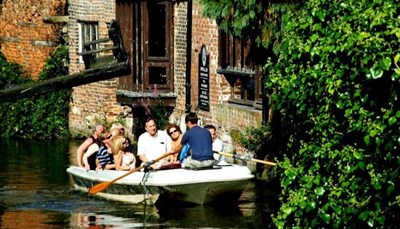 <p>Canterbury is één van de mooiste en meest sfeervolle steden van Engeland.&nbsp; Je kunt er een boottochtje maken, erg goed winkelen en &#39;s avonds zijn er tal van gezellige pubs en goede restaurant waaruit je kunt kiezen. Daarnaast heb je nog verschillende museums, de ruïnes van het kasteel, en de prachtige stadstuinen die ook een bezoekje waard zijn. Net buiten de stad heb je ook nog de leuke dierenparken Wildwood en Howletts voor de liefhebbers. Je zult je dus zeker niet vervelen.</p>
