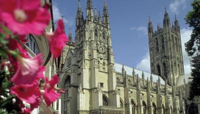 <p>De kathedraal van Canterbury uit het jaar 597 is één van de mooiste kathedralen van Engeland. Met zijn 72 meter hoge toren, staat hij sinds 1988 op de UNESCO werelderfgoedlijst is hij dé bezienswaardigheid van Canterbury. Tijdens een bezoek kom je meer te weten over de geschiedenis en bewonder je de glas in lood ramen en middeleeuwse schilderingen (de toegang is inbegrepen in deze reis).</p>