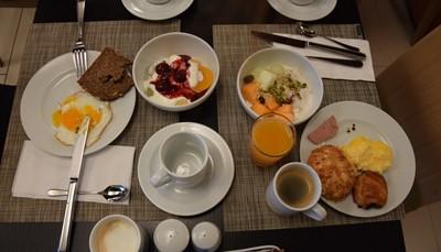 """<div><span style=""""color:#FF0000;""""><strong>2. Een super uitgebreid ontbijt</strong></span></div>  <div style=""""text-align: justify;"""">Je geniet er van een uitzonderlijk goed ontbijtbuffet. Naast croissants, koffiekoekjes en broodjes met een grote keuze aan beleg, kun je er ook eieren, worst, spek eten en verschillende soorten vers fruit, ontbijtgranen en yoghurt (zaden, noten en andere superfoods voor de liefhebbers). Qua dranken heb je de keuze uit koffie, thee, verschillende fruitsappen en maar liefst vier soorten melk: normale, magere, lactosevrije én sojamelk. Je omelet wordt ter plaatse voor je bereid.</div>"""