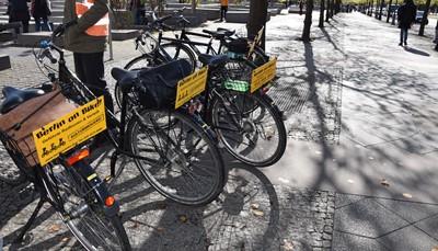 """<div style=""""text-align: justify;"""">Er zijn allerlei leuke manieren om Berlijn beter te leren kennen: vanop het water per rivierschip, vanop een hop on-hop off bus, of per fiets! Er worden begeleide fietstochtjes met gids georganiseerd langs de verschillende bezienswaardigheden, of zelfs rondritten per Trabant (een typisch Oost-Duitse auto). Maar zoals gezegd, is het openbaar vervoer ook een prima keuze. Vraag ons gerust meer informatie, en kies zo het vervoermiddel dat bij jou past.</div>"""